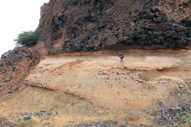 The-withe-calarenite-layer-of-Darwin-capped-by-pillow-lava-deposits