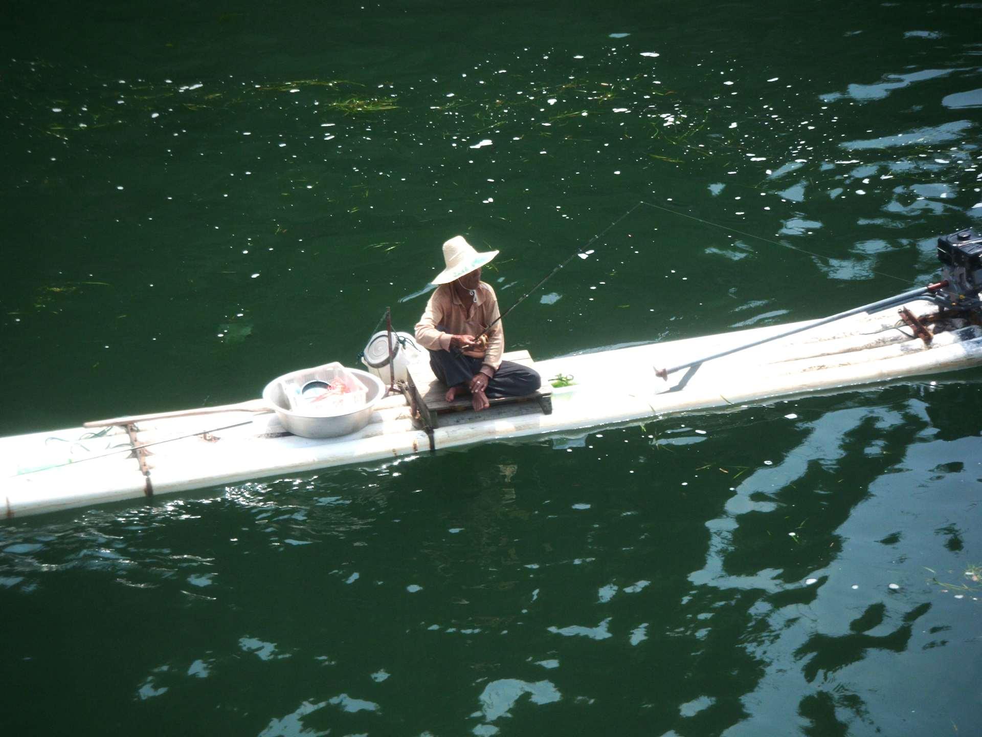 Li-river_fisherman_on_bamboo_raft